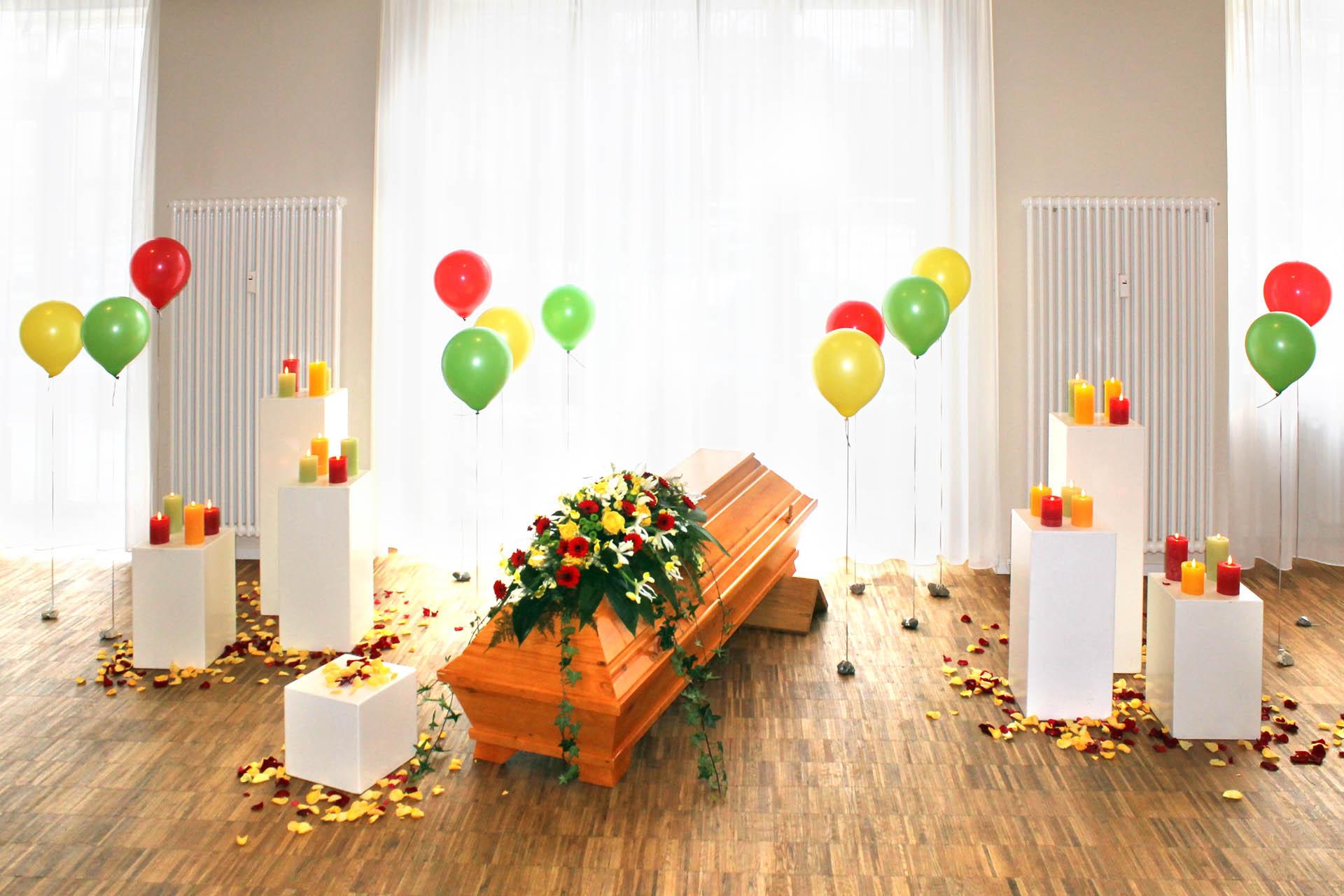 Bestattungen: Beispiel für Trauerfeier mit Ballons im Lotsenhaus